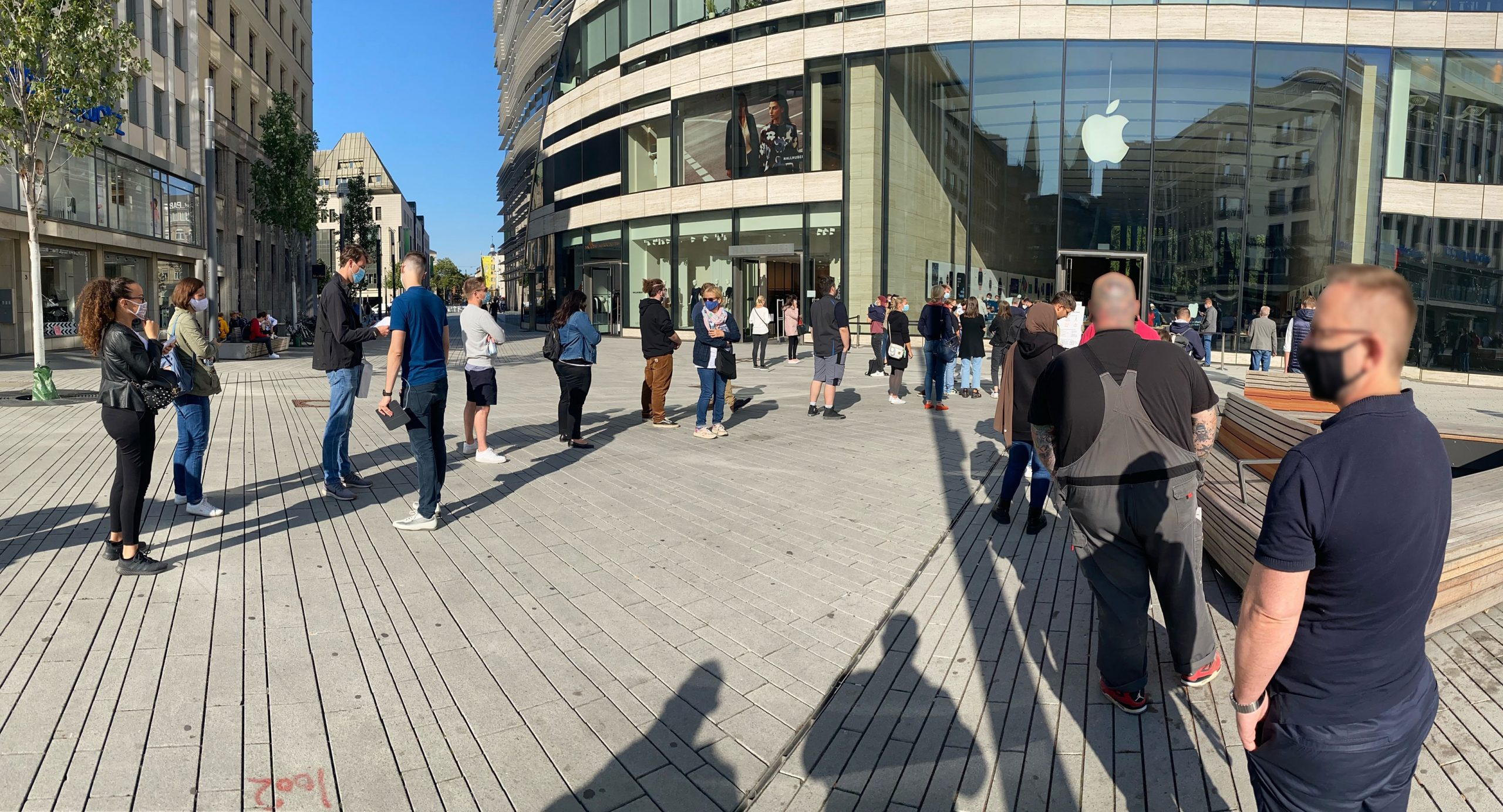 apple-store-schlange-scaled.jpg